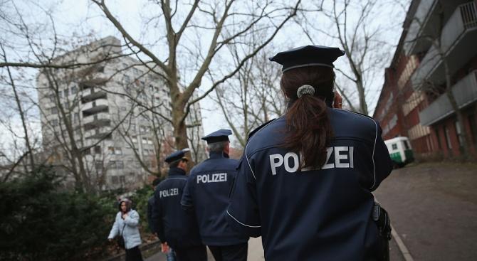 Десет ранени при врязване на кола в автобусна спирка в Германия