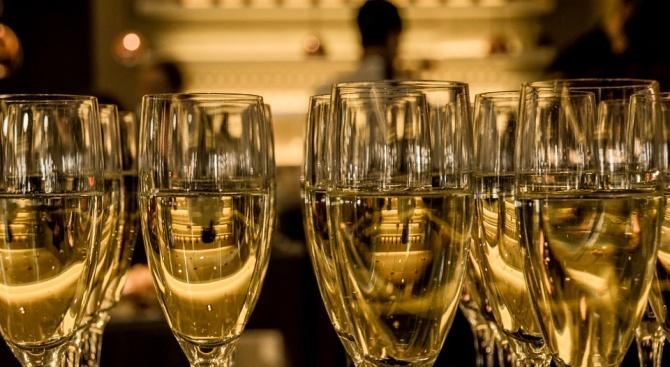 Руските космонавти посрещат Нова година с шампанско и руска салата само на снимка