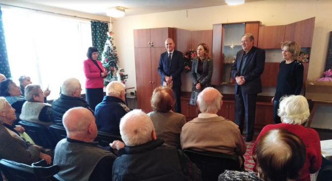 Вицепремиерът Марияна Николова и министър Бисер Петков посетиха дом за възрастни хора