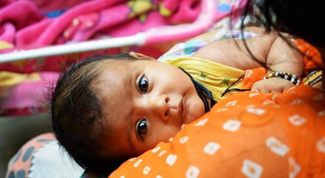 Бебе се роди от обесила се индийка