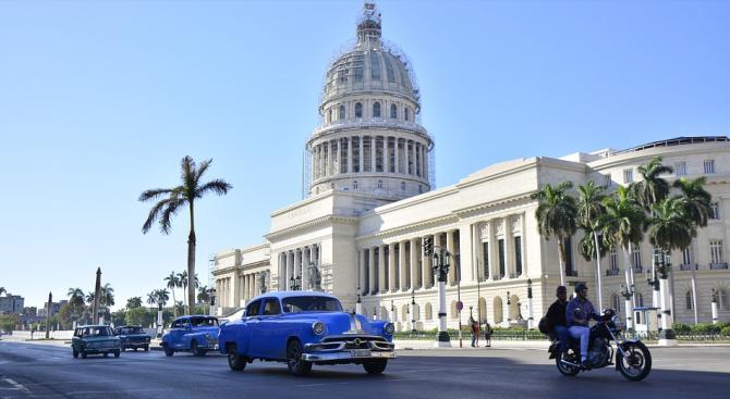 Огромни вълни заляха столицата на Куба Хавана (видео)