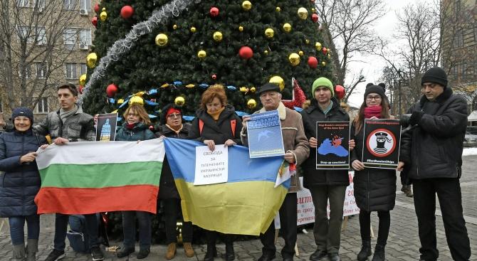 """Протест срещу задържането на украинските моряци се проведе пред """"руската"""" елха в София (снимки)"""