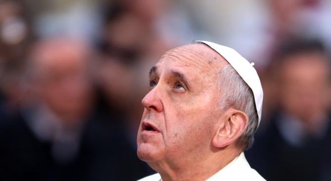 Папата се помоли за жертвите на цунамито в Индонезия