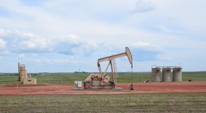 Петролът поскъпва с над 1 долар за барел
