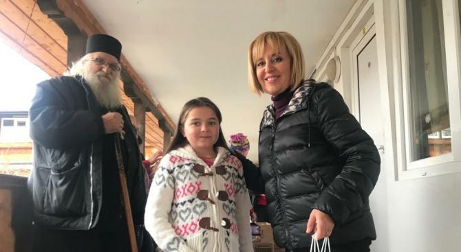 Мая Манолова връчи дарение от 10 тона храни на приюта в Нови хан (снимки)
