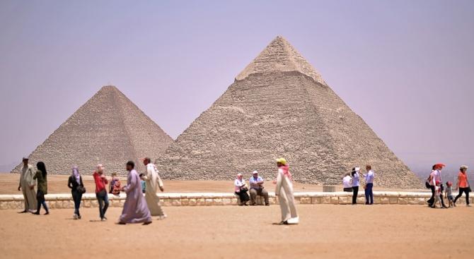 Туристически автобус бе взривен до пирамидите в Гиза, има ранени и загинали