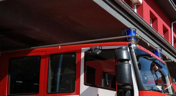 Пожарникари гасиха два пламнали комина