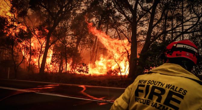 Един пожарникар е загинал, а двама са ранени при пожарите в Австралия