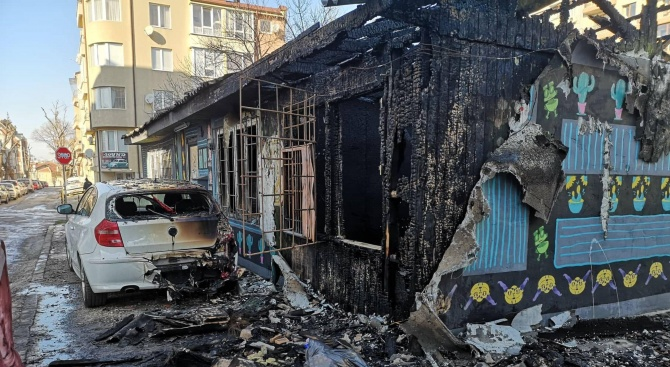 Пожар изпепели магазин във Варна