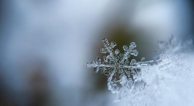 Времето днес: предимно облачно и на места ще превалява сняг