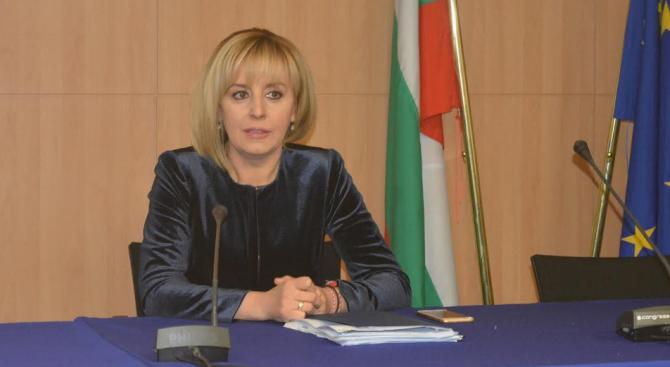 Манолова внесе жалба в КС срещу промените в Закона за горивата, ще атакува още два