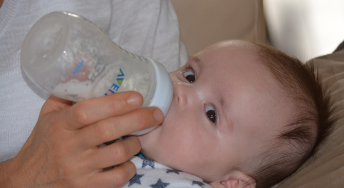 Защо все повече майки посягат по-бързо към адаптираните млека
