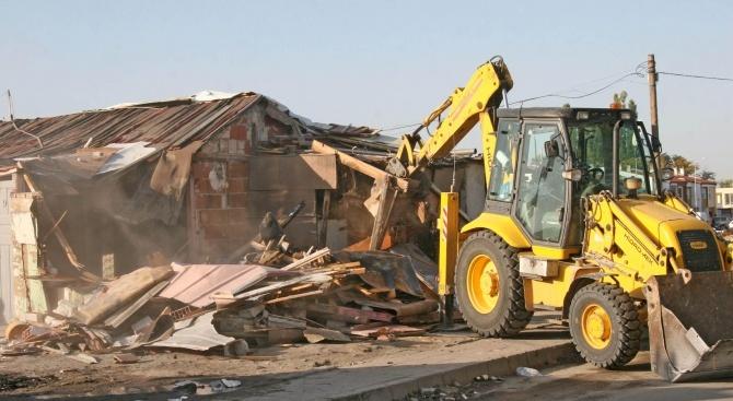 Започна събарянето на незаконни постройки във Войводиново