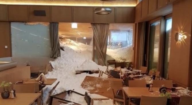 Лавина помете хотел в Швейцария (снимка)