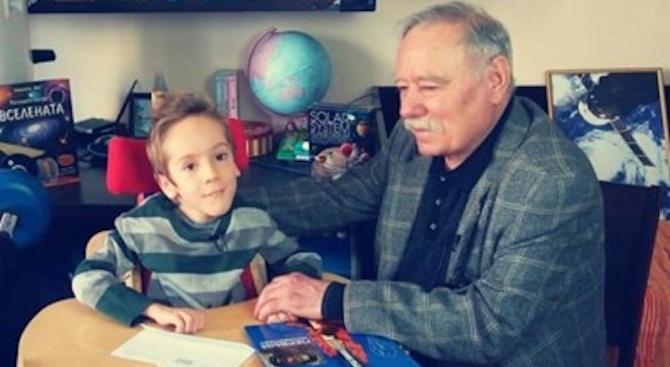 Космонавтът Георги Иванов посети момче с мускулна атрофия