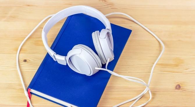 Доброволци записват аудиокниги за незрящи хора