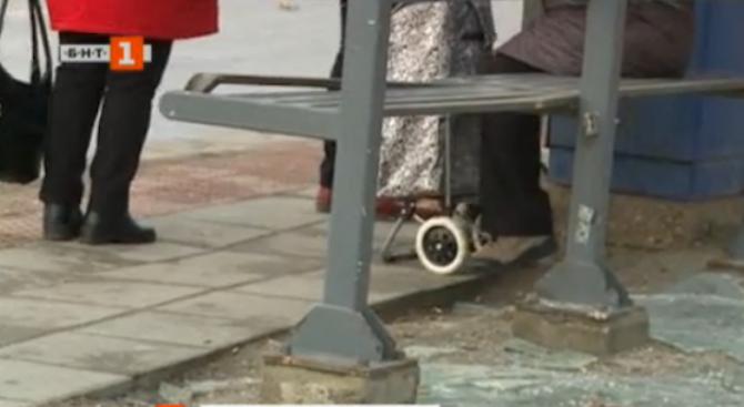 Вандали потрошиха отново спирките във Варна