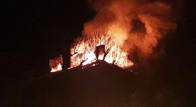 Голям пожар в центъра на Габрово. Горят две къщи, трета е рухнала от огъня (обновена)