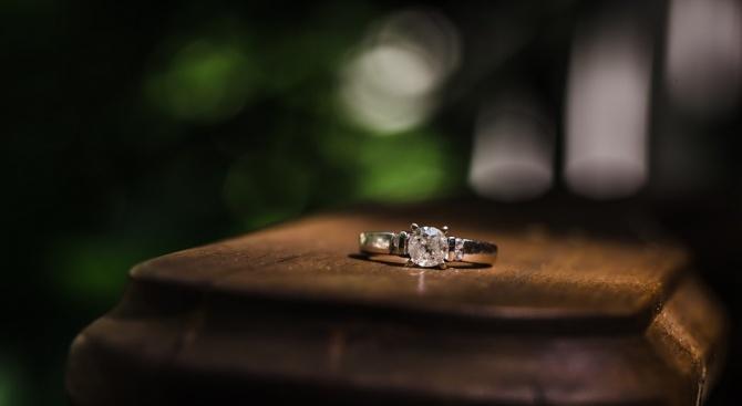 Мъж предложи брак, докато спи