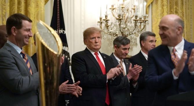 """Нова книга описва Тръмп  заобиколен от екип  """"извън контрол"""""""