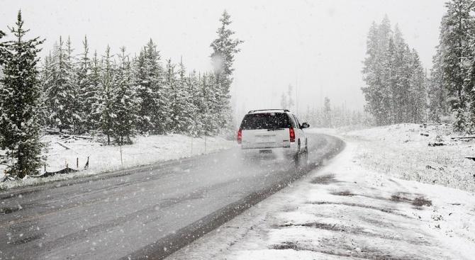 Автомобилите трябва да се движат с вериги по републиканските пътища и проходите  в област Смолян