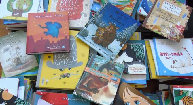 Столична община дарява книги