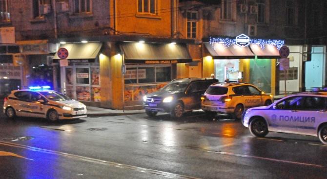 Шофьорка на джип прегази полицай в Бургас (снимки)