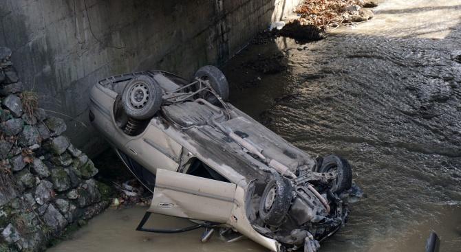 Кола падна в Шокъровия канал във Варна (снимки)