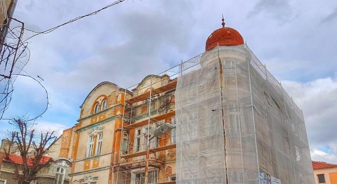 Реставрират архитектурен паметник в центъра на Варна (снимки)