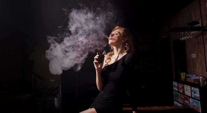 Електронните цигари са близо два пъти по-ефикасни от никотиновите лепенки и дъвки