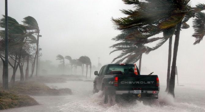 Мощна буря удари Южна Калифорния и наводни магистрали (видео)