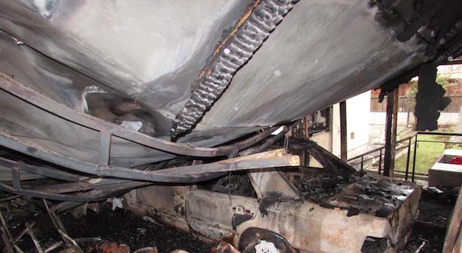 Голям пожар изпепели къща в Русе (снимки)