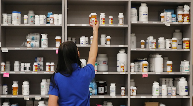 Фармацевтите обслужват днес с жълти жилетки