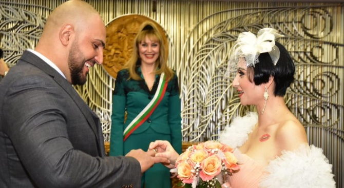 """Резултат с изображение за """"Софка празнува първа годишнина от сватбата напук на развода"""""""