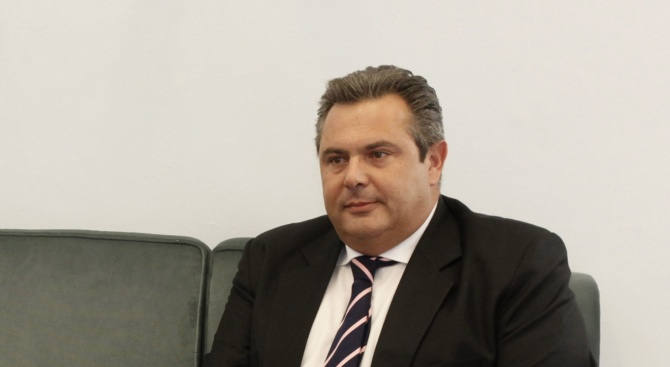 Обвиниха бившия военен гръцки министър в изнудване