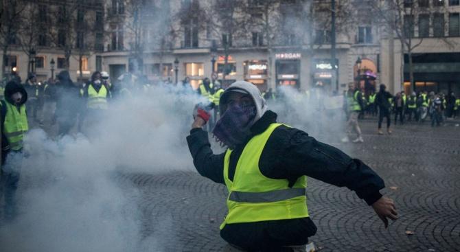 Сблъсъцив Париж, граната откъсна ръката на протестиращ (видео+снимки)