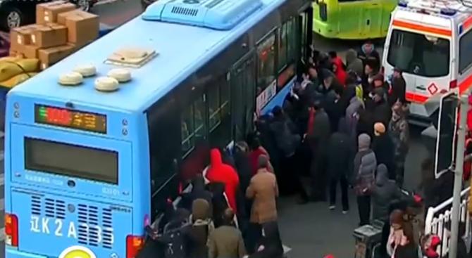 Спасиха момиче, затиснато под 10-тонен автобус в Китай