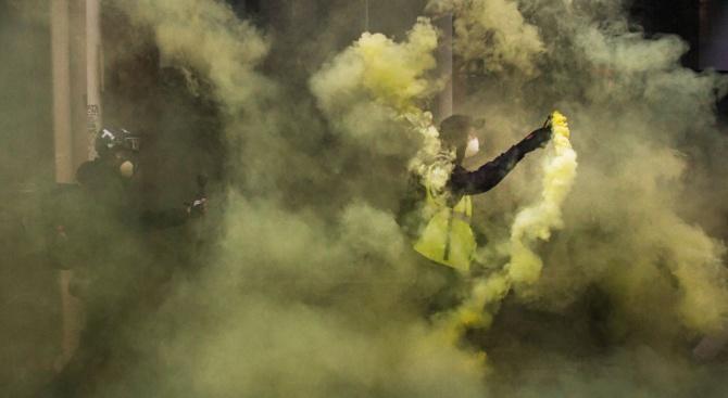 Париж разследва инцидента с откъснатата китка на демонстрант