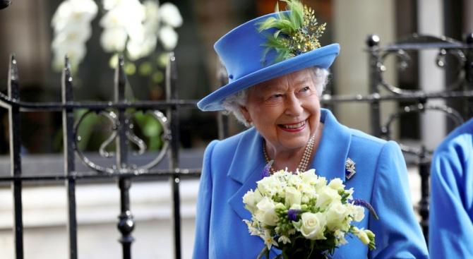 Кралица Елизабет II откри паметна плоча с тайно послание
