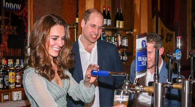 Принц Уилям и съпругата му Кейт наливаха бира в бар в Белфаст