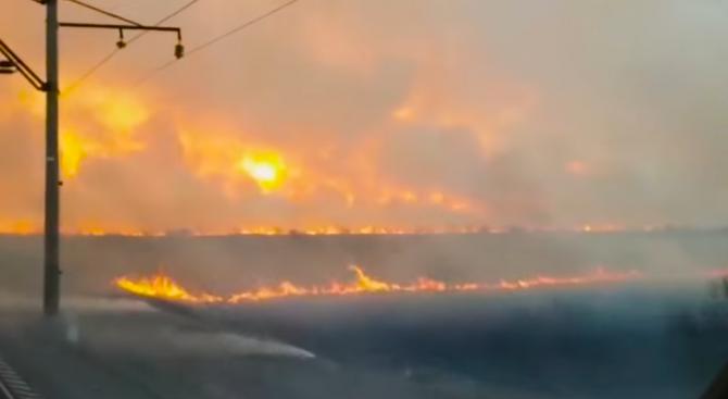 Влак премина през огнена стена в Русия