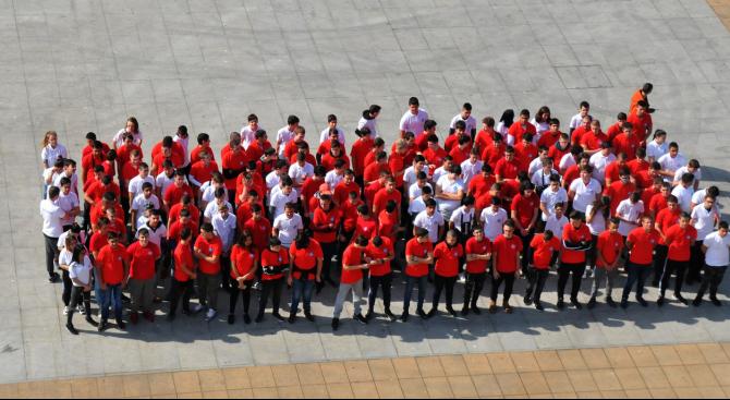 Бургаски ученици направиха жива мартеница