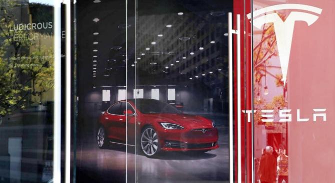 Изгоря шоурум на Tesla в Западен Съсекс
