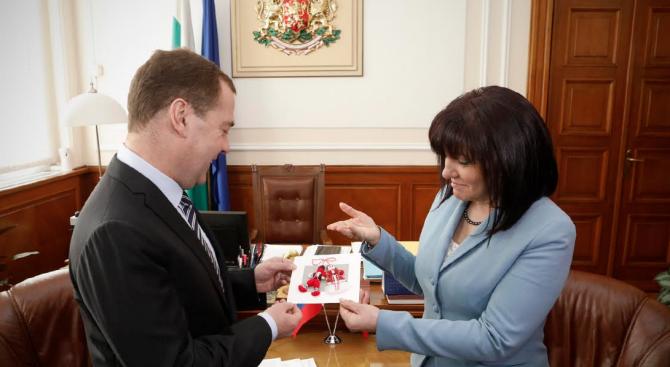 Караянчева подари мартеница на Медведев. Двамата поднесоха венец на паметника на Цар Освободител