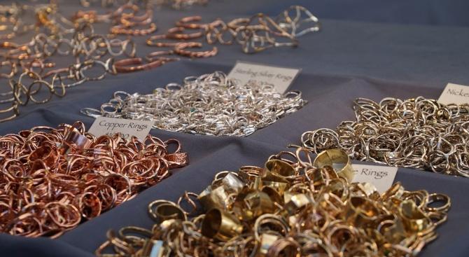 Разбиха банда за производство и продажба на фалшиви златни бижута
