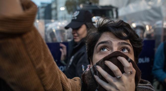 Полицията в Истанбул разпръсна със сълзотворен газ демонстрация с искания заправа на жените