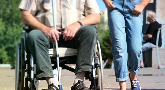 Лични асистенти ограбват хора с увреждания