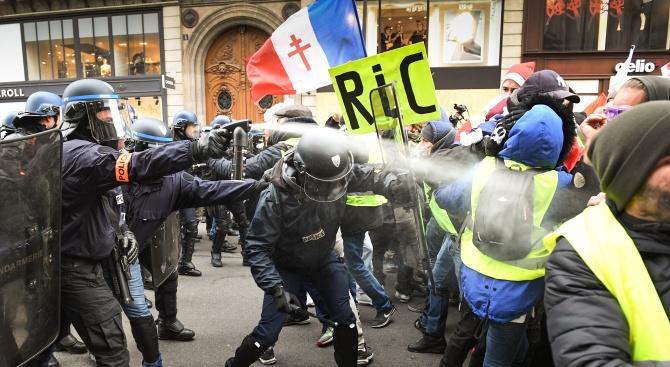 Обвиниха френски полицаи в насилие над член на жълтите жилетки