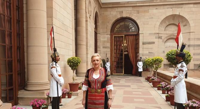 Посланикът на България в Индия се представи с народна носия