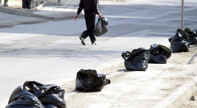 Лекари и граждани почистиха 40 дка от двора на Великотърновската болница